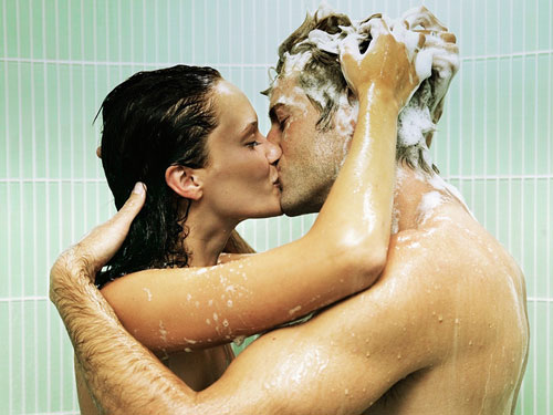 couple-shower-kissing-lg-60891351